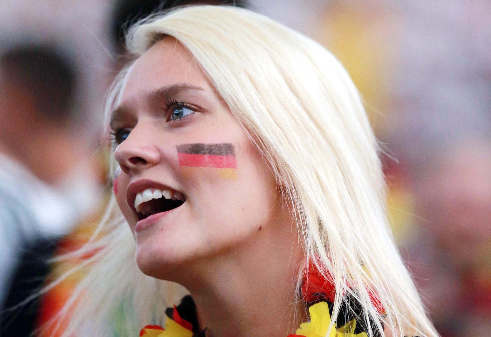 罗欢欢/2014世界杯:疯狂的球迷6月16日,一名德国女球迷在法兰克福...