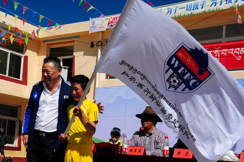 6月1日,西行驿站猎鹰足球队在红原县邛溪镇易地育人小学成立,该足球队选取了该校二年级至五年级40名身体素质优秀、爱好足球运动的藏族学生,组建了四川首支以藏族青少年为主体的足球队。这只足球队为藏区青少年儿童实现足球梦想搭建平台。该队有4名体育老师作为教练员,每天上午体能训练,下午技能训练,基本保证每天2小时训练。 红原县是地处青藏高原的草原县,这里的藏族青少年具备先天的体能条件,体能较好、竞技意识、求胜意识强烈。红原县邛溪镇易地育人小学一直有足球兴趣班,西行驿站猎鹰足球队就是在此基础上成立的。新华社记者江宏