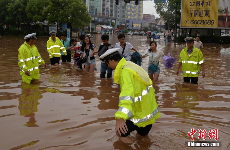 江西持续强降雨 民警涉水护送被困民众【2】
