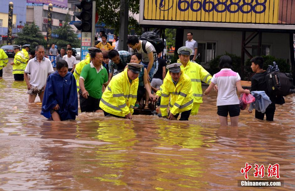 江西持续强降雨 民警涉水护送被困民众