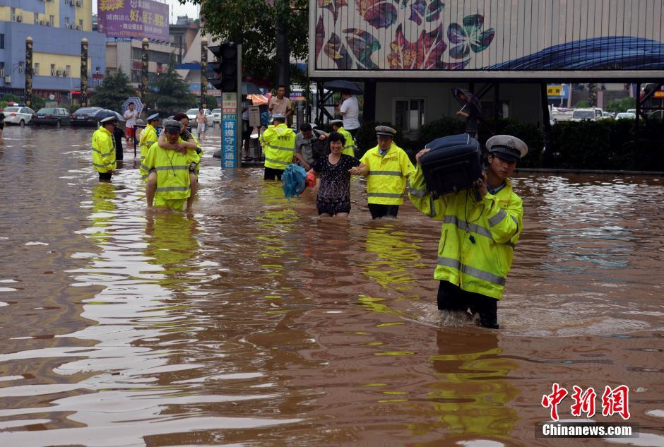 江西持续强降雨 民警涉水护送被困民众【3】