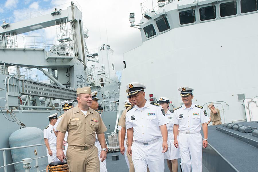 6月28日,美国第三舰队司令肯尼斯·弗洛伊德(前左)在中国海军导弹护卫舰岳阳舰舰长崔永刚(前右)的陪同下参观舰艇。新华社记者覃海石摄