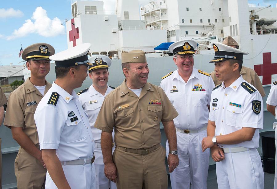 6月28日,在中国海军导弹驱逐舰海口舰上,美国第三舰队司令肯尼斯·弗洛伊德(右三)与舰上官兵交流。新华社记者覃海石摄