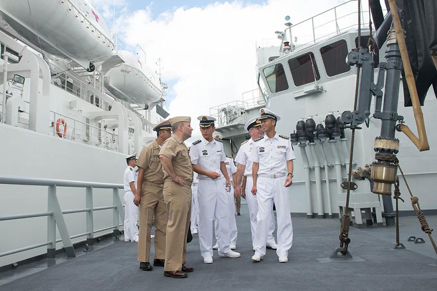 6月28日,美国第三舰队司令肯尼斯·弗洛伊德(前左)在中国海军综合补给舰千岛湖舰舰长涂金虎(前右)的陪同下参观舰艇。新华社记者覃海石摄