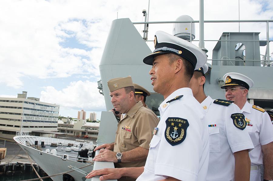 6月28日,美国第三舰队司令肯尼斯·弗洛伊德(左一)在中国海军综合补给舰千岛湖舰舰长涂金虎(前)的陪同下参观舰艇。新华社记者覃海石摄