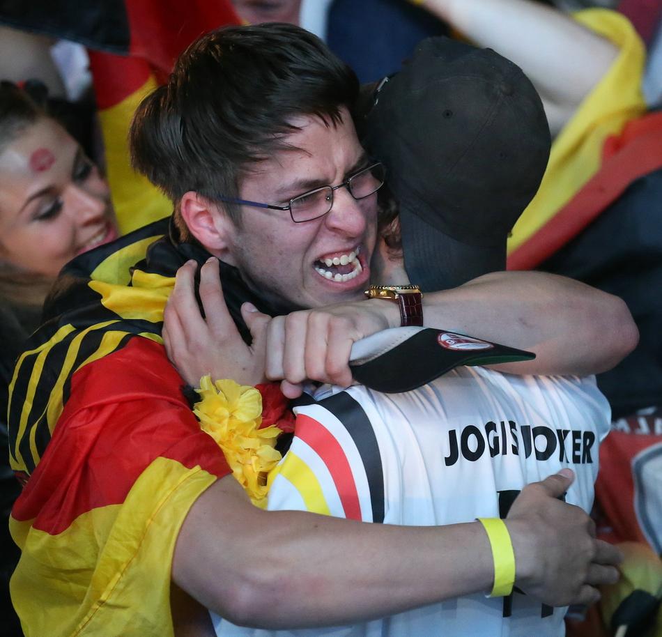 法兰克福 观看/7月8日,德国球迷在法兰克福足球场观看比赛直播时庆祝。...