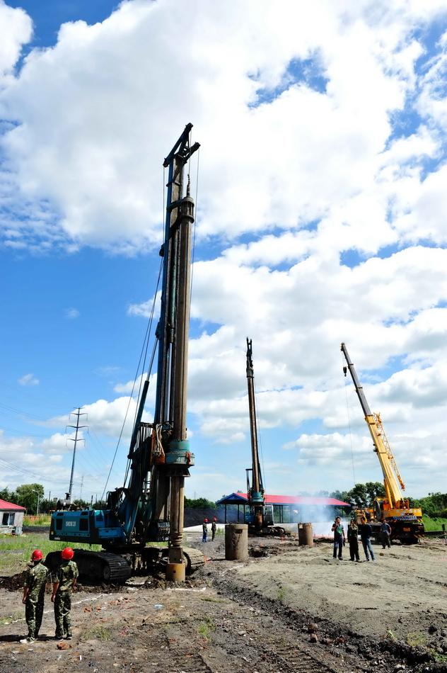 7月9日,在新建哈佳铁路开工现场,大型机械开始施工作业.