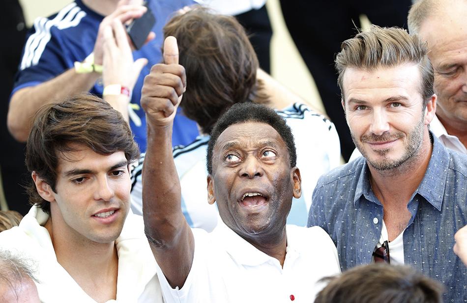 7月13日,足球明星卡卡(左)、贝利(中)、大卫·贝克汉姆在看台