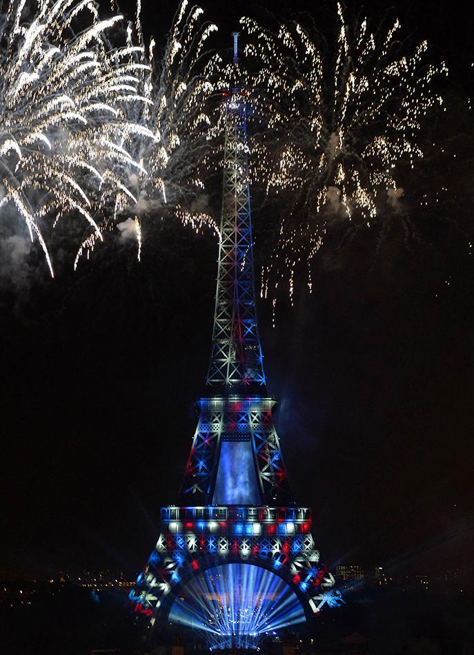 埃菲尔铁塔施放焰火庆祝法国国庆【6】