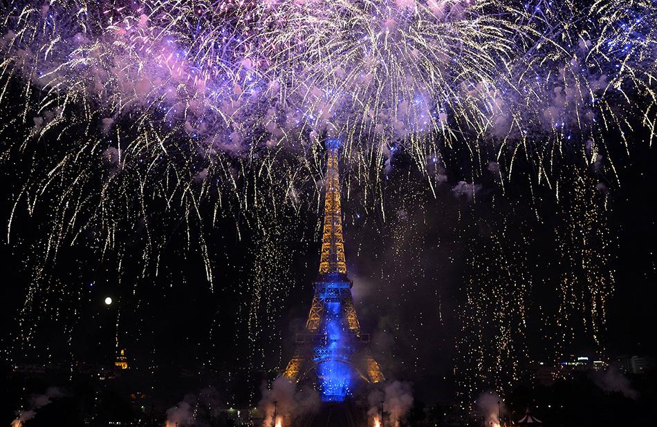 埃菲尔铁塔施放焰火庆祝法国国庆