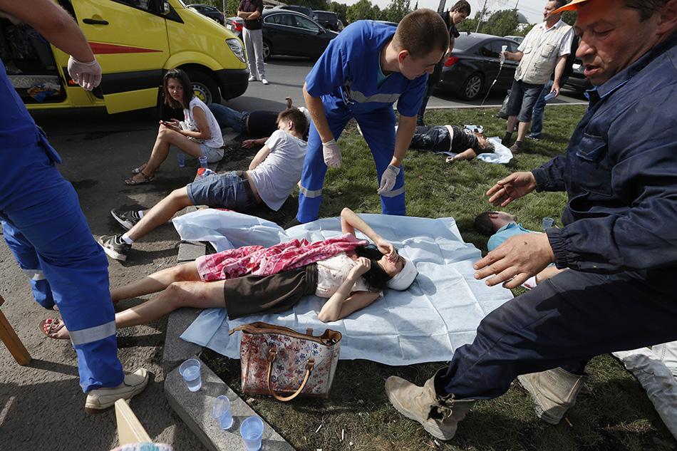 莫斯科 地铁/7月15日,在俄罗斯首都莫斯科,医护人员救治地铁脱轨事故伤者...