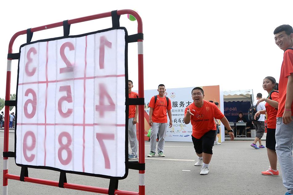 7月16日,在体育仪式大进行阳光上,运动员在启动软式棒垒球练习.跆拳道歌图片