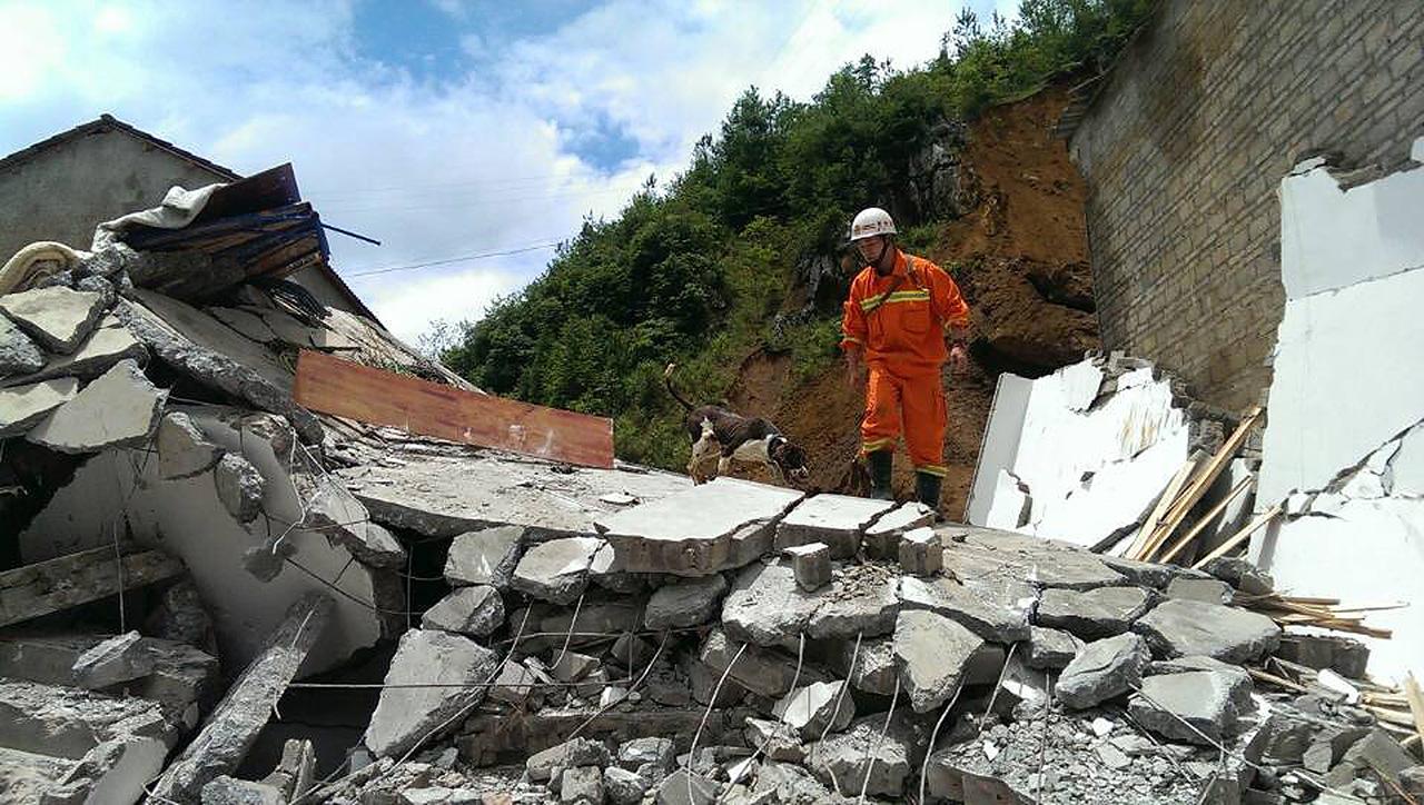 贵州/7月17日,救援人员在进行搜救。...