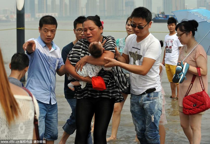 """武汉/武汉中年女子怀抱婴儿投江众人拉""""人梯""""施救"""