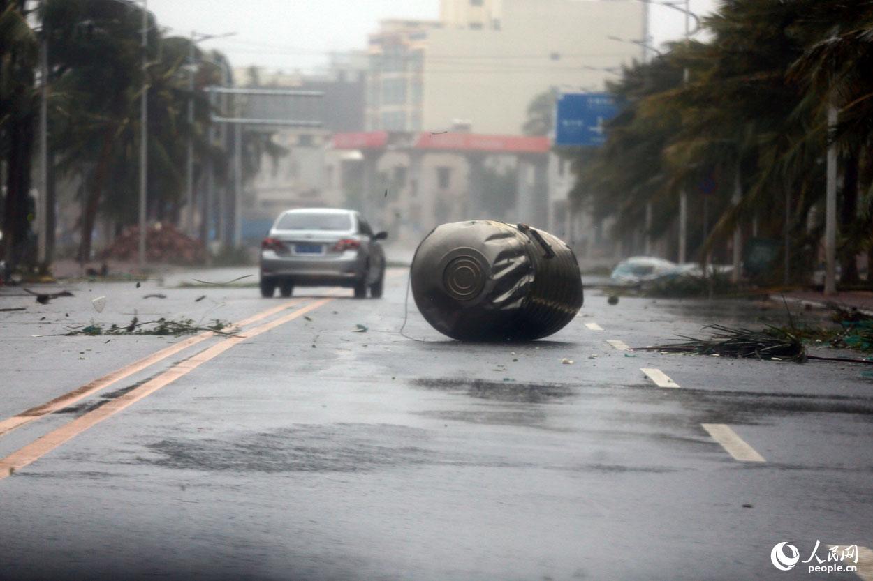 """6时30分许,海南文昌,超强台风""""威马逊""""登陆后1小时,文昌龙楼"""