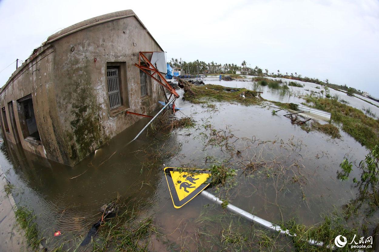 """日8时55分,海南文昌,超强台风""""威马逊""""登陆次日,受灾极为严"""