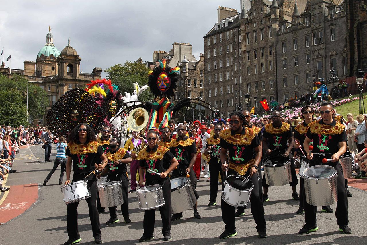 英国爱丁堡艺术节举行开幕式嘉年华活动--图片频道--人民网