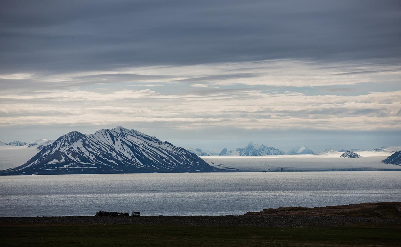这是7月7日在挪威斯瓦尔巴群岛上拍摄的人类开采煤矿的遗迹.