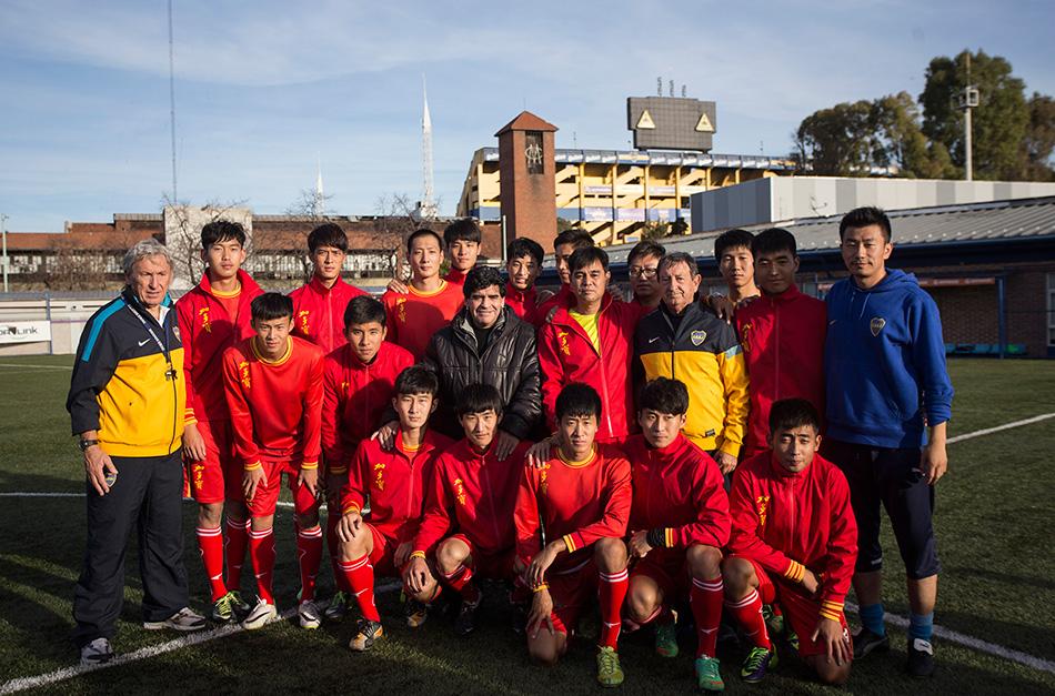 中国足球青少年运动员在博卡青年俱乐部受训