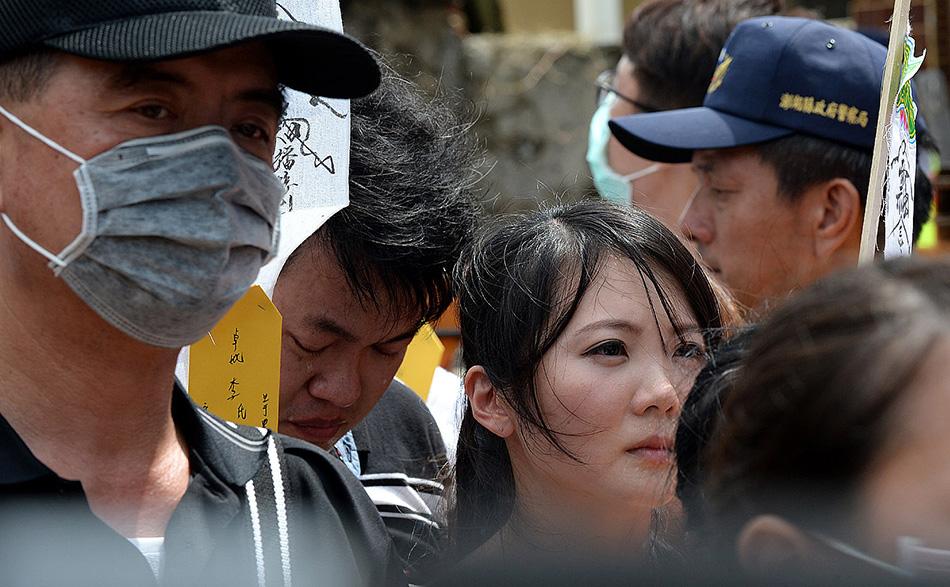 7月24日,遇难者家属在飞机失事现场悼念亲人.