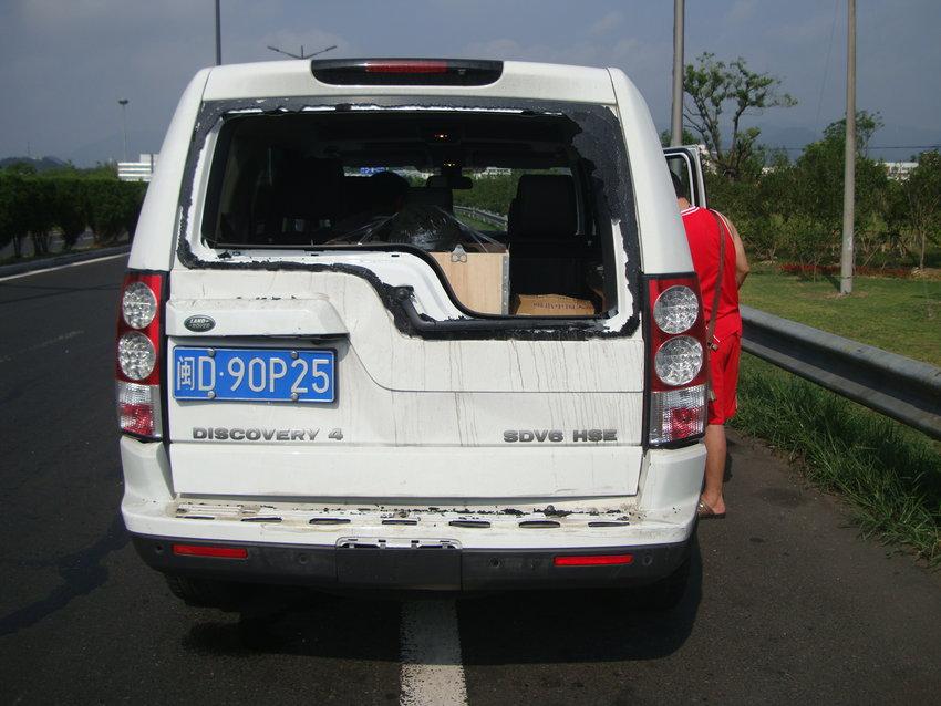 路虎越野高速被追尾 车中2亿元冰翠佛雕险遭破坏【2】