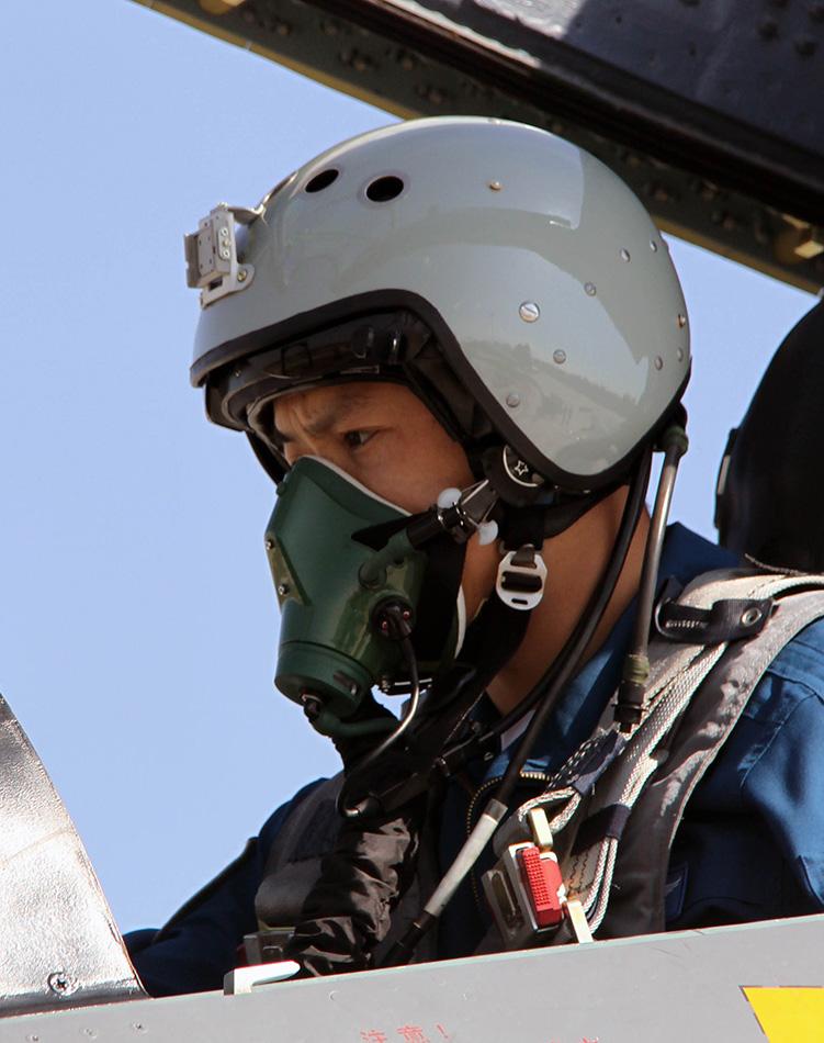 飞行员在起飞前认真检查飞机