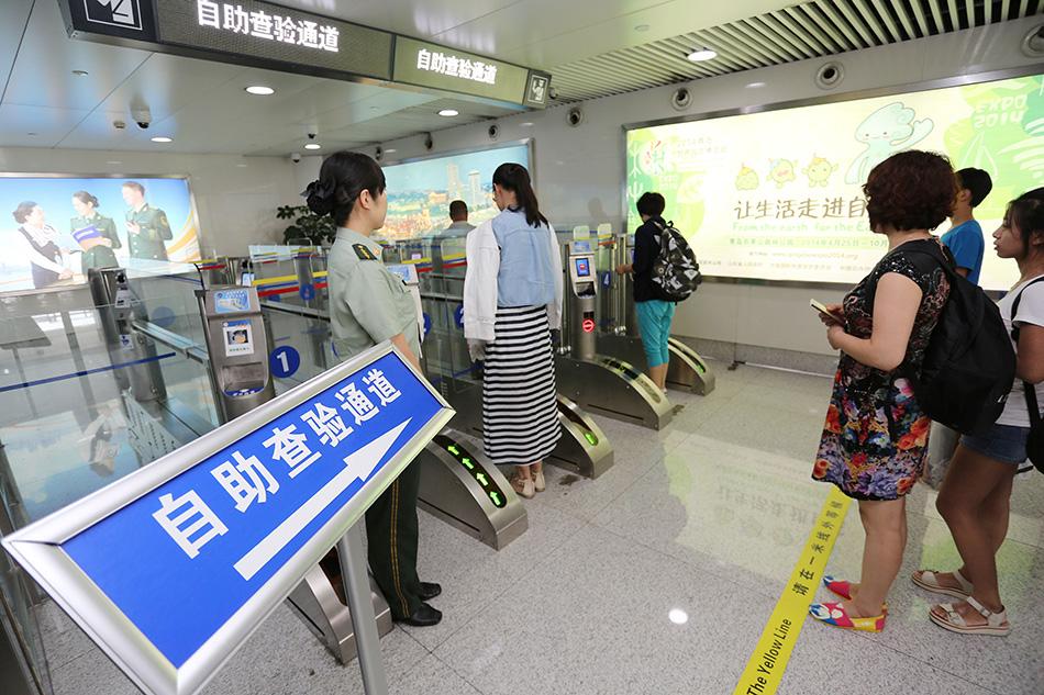 中国旅客在青岛机场边检站自助通关