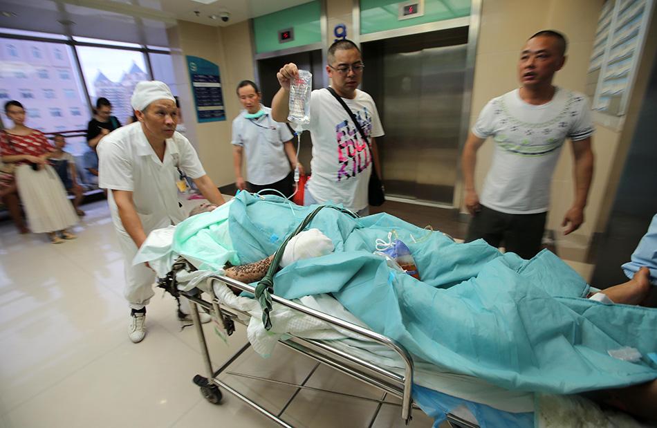 8月2日傍晚江苏昆山爆事故伤员抵达大学附属医院接受治疗.