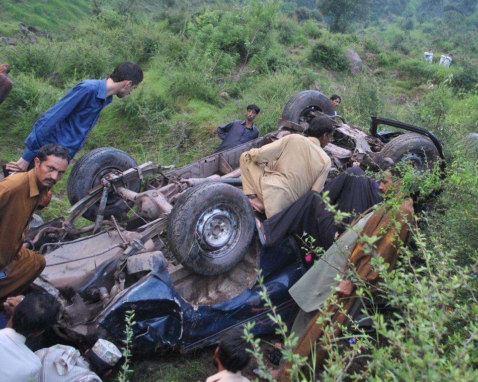 巴控克什米尔发生客车坠谷事故致16人死亡【2】