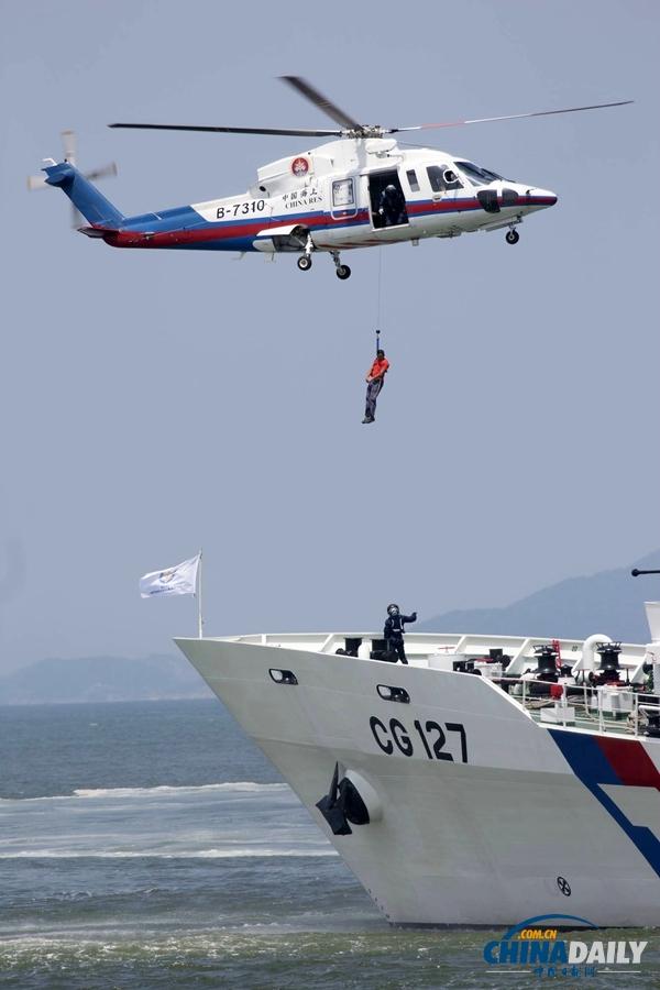 大陆救援直升机在台湾救援船舶边进行演练绳降.