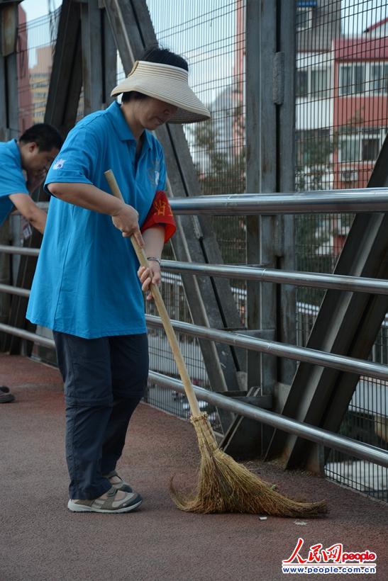 传递 扫桥爷爷 精神 70多名老人主动巡逻捡垃圾