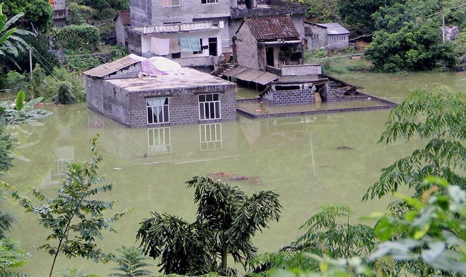 8月13日,在广西都安县保安乡巴善村拍摄的被洪水淹没的民房.