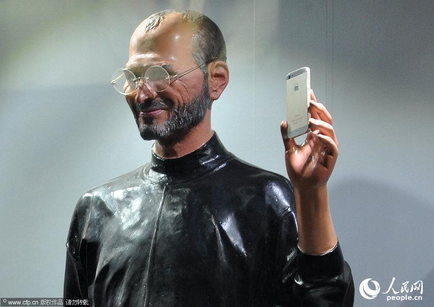 乔布斯/沈阳:苹果店现乔布斯雕像乔帮主手持5S土豪金全方位展示【3】