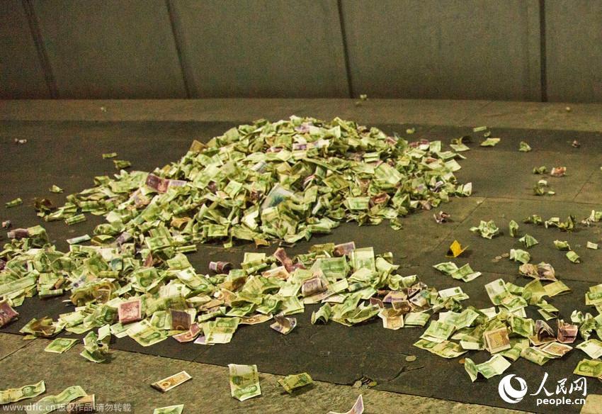 北京 小山/北京十三陵地宫文物上钱币堆成小山无工作人员制止清理【3】