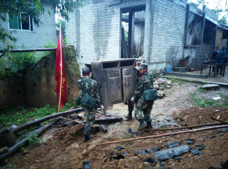 8月17日,在云南永善地震灾区,武警官兵协助居民转移物资(手机拍图片