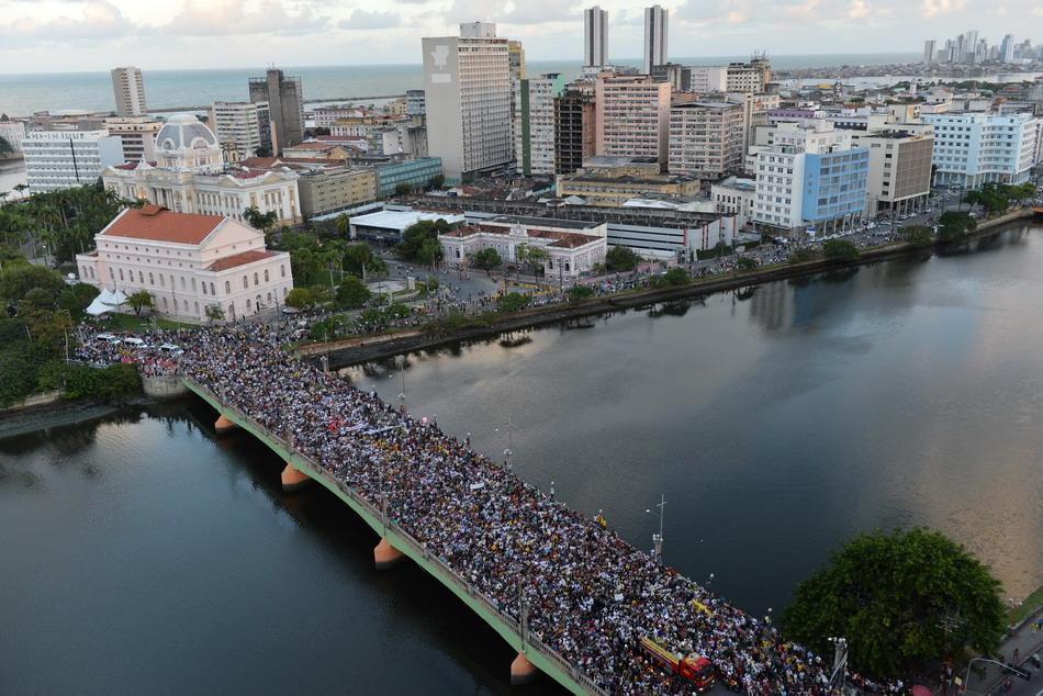 送别飞机失事而遇难的巴西总统候选人爱德华多·坎