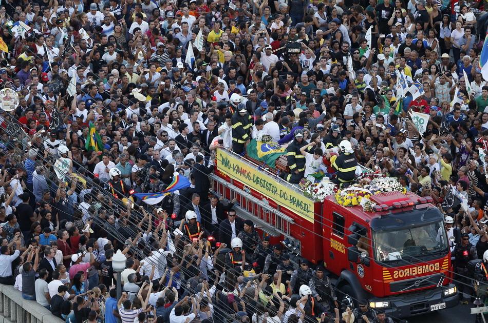 人们为因飞机失事而遇难的巴西总统候选人爱德华多
