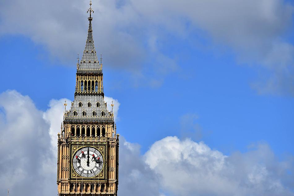 在英国伦敦,工人们清洁和维护伊丽莎白塔上