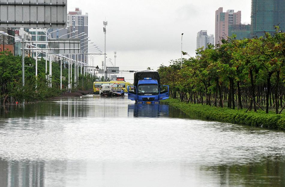 8月20日,广西北海市西南大道积水严重.