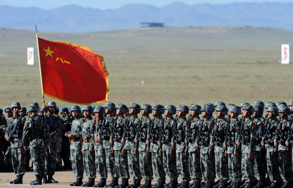 """8月24日,中国人民解放军参演部队在""""和平使命—2014""""联合反恐军事演习开始仪式上。"""