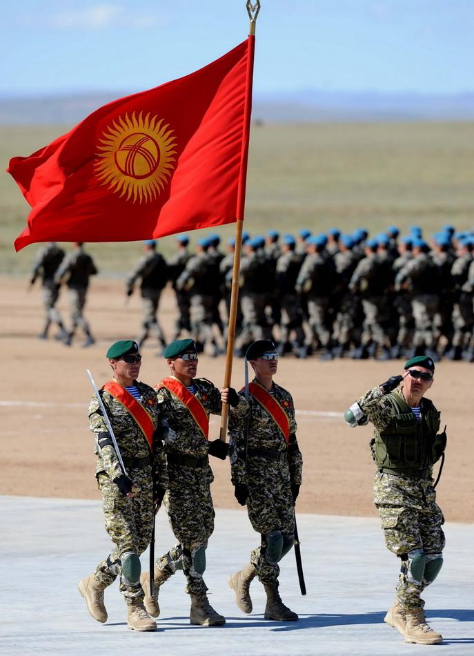 """8月24日,来自吉尔吉斯斯坦的参演部队在""""和平使命—2014"""" 联合反恐军事演习开始仪式上举行分列式。"""
