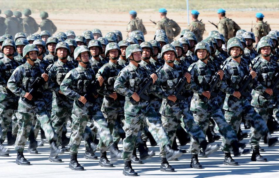 """8月24日,中国人民解放军参演部队在""""和平使命—2014"""" 联合反恐军事演习开始仪式上举行分列式。"""