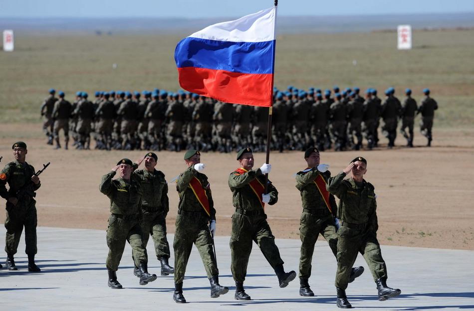 """8月24日,来自俄罗斯的参演部队在""""和平使命—2014"""" 联合反恐军事演习开始仪式上举行分列式。"""