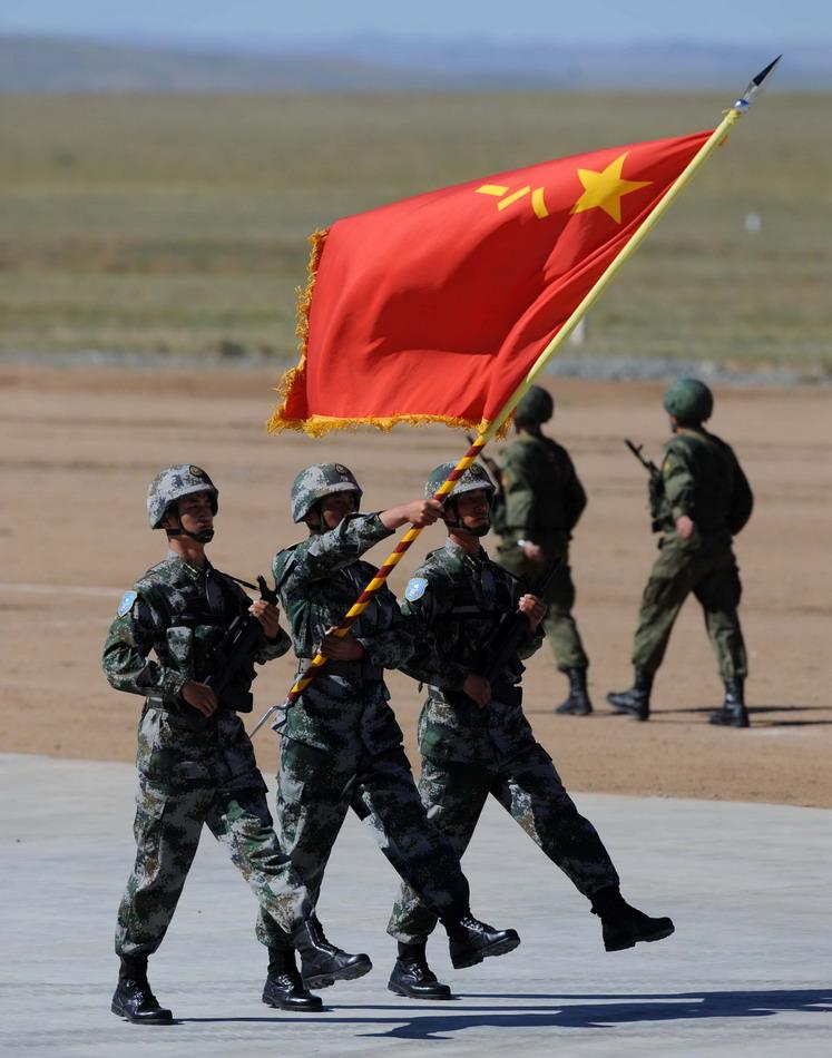 """8月24日,中国人民解放军参演部队在""""和平使命—2014""""联合反恐军事演习开始仪式上举行分列式。"""