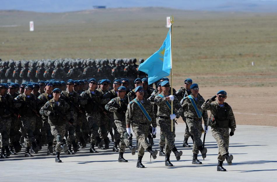 """8月24日,来自哈萨克斯坦的参演部队在""""和平使命—2014"""" 联合反恐军事演习开始仪式上举行分列式。"""