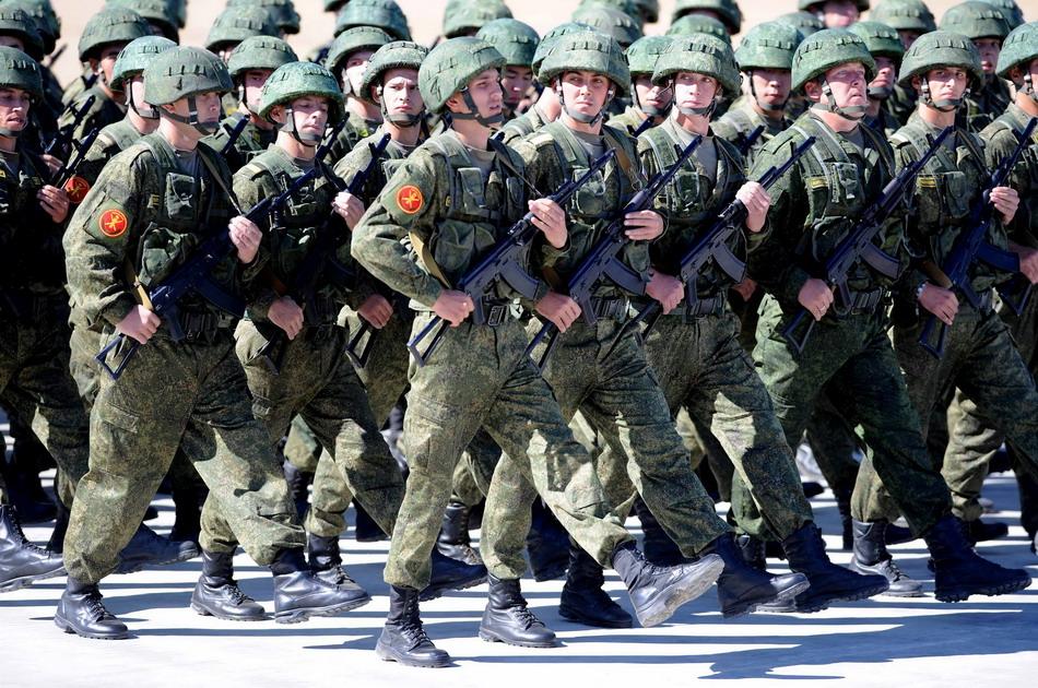 """8月24日,来自俄罗斯的参演部队在""""和平使命—2014""""联演开始仪式上举行分列式。"""