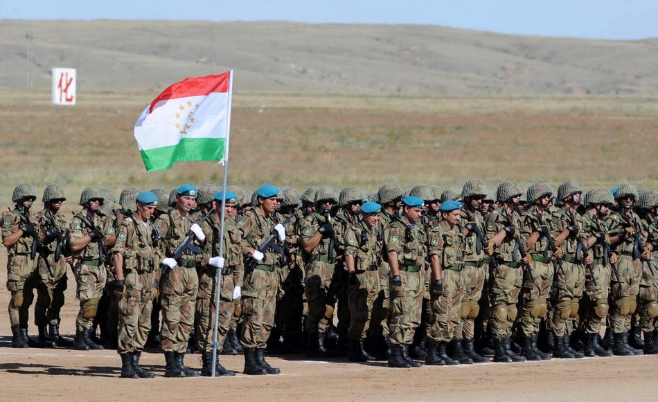 """8月24日,来自塔吉克斯坦的参演部队在""""和平使命—2014""""联合反恐军事演习开始仪式上。"""