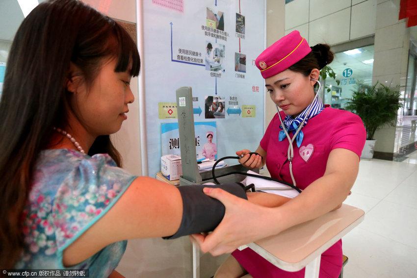"""郑州 护士/郑州一医院护士着""""空姐装""""服务患者【4】..."""