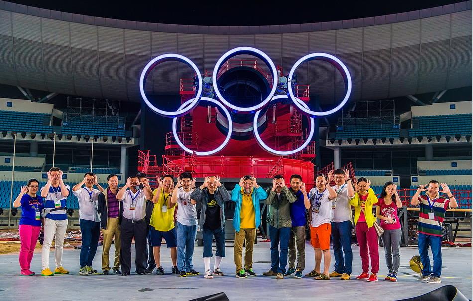 图为2014南京青奥会开幕式导演团队庆祝五环展示试验