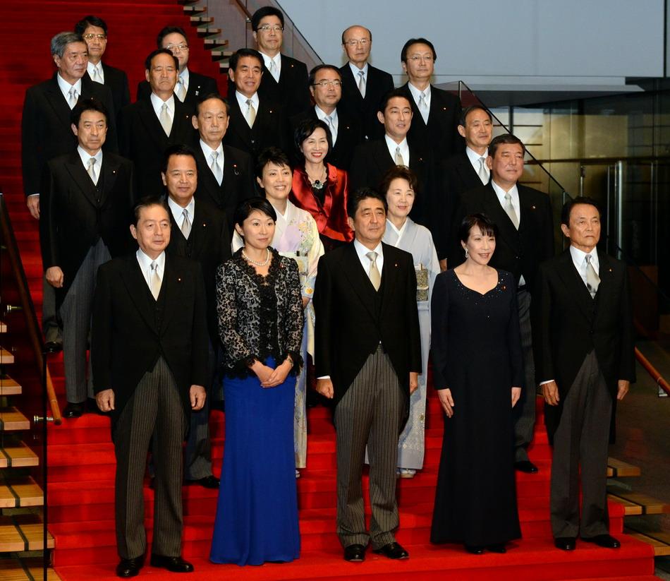日本 东京/9月3日,在日本东京,日本首相安倍晋三(前排中)和新内阁成员...